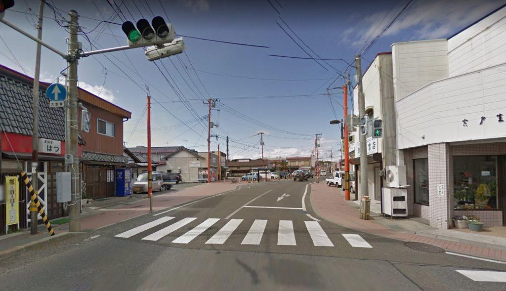 赤い電柱の商店街